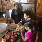 059Familia-mexicana-pelando-fruta
