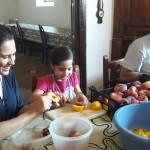 060Familia-mexicana-pelando-fruta