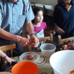 061-PadreJoan-enseñando-a-pelarfruta